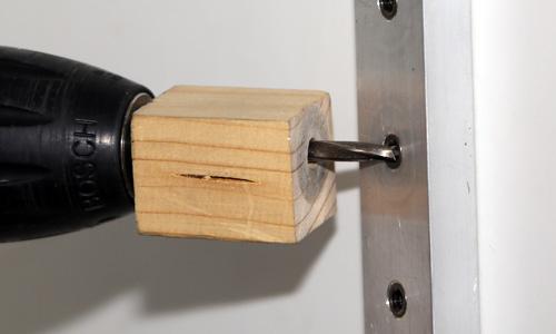 Lochtiefenschablone mit Bohrmaschine