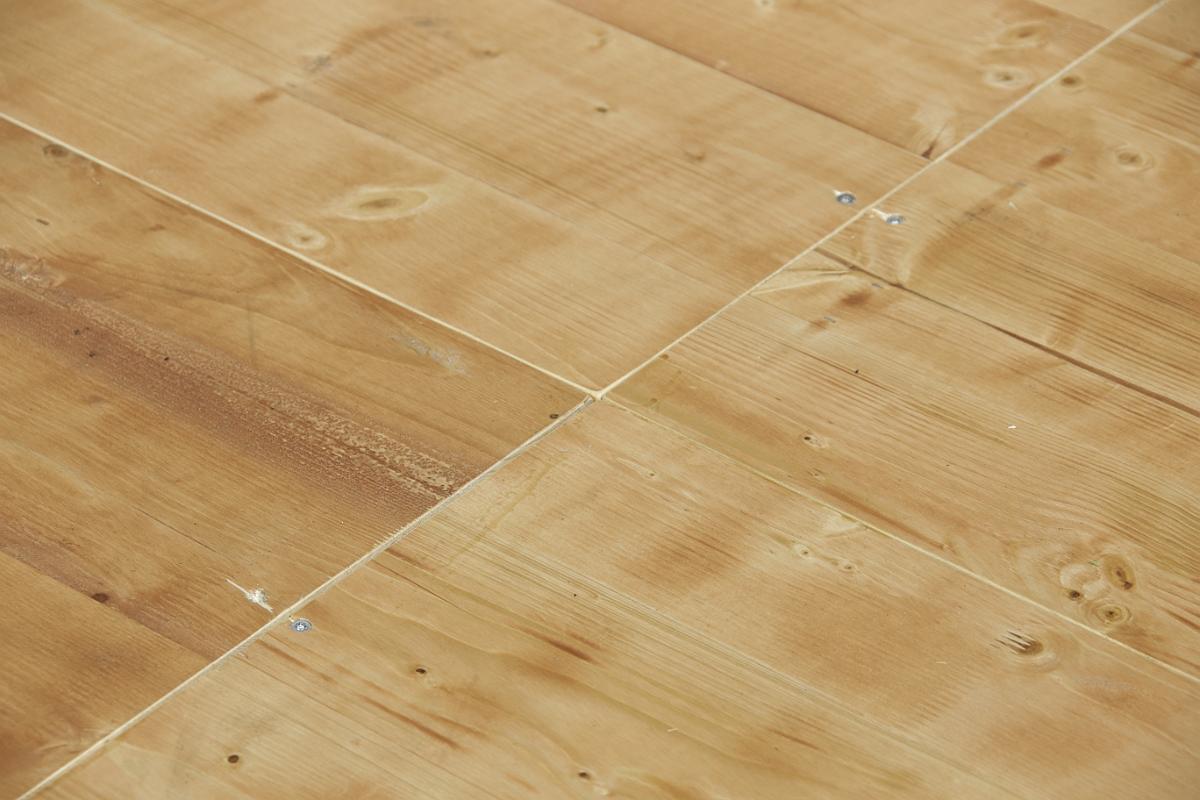 Noch die Melaminharz versiegelten 3-Schichtplatten einlegen und der Vorzeltboden ist sofort begeh- und belastbar Bodenplatten