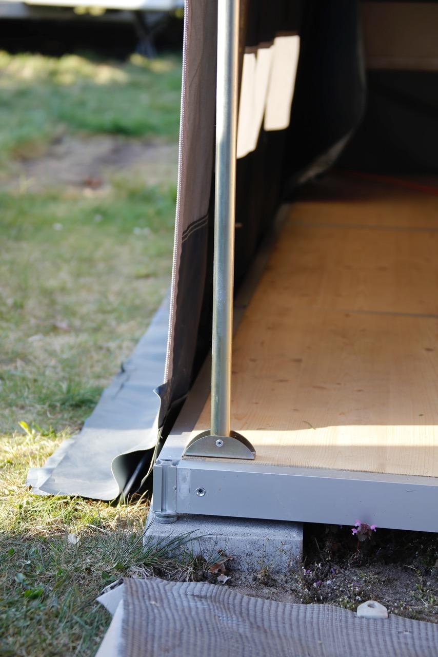 """Wichtig : Zeltblache muss neben dem """"Akkord"""" Boden bis auf den Rasen. Das Vorzelt ganz normal mit den Heringen festmachen!!"""