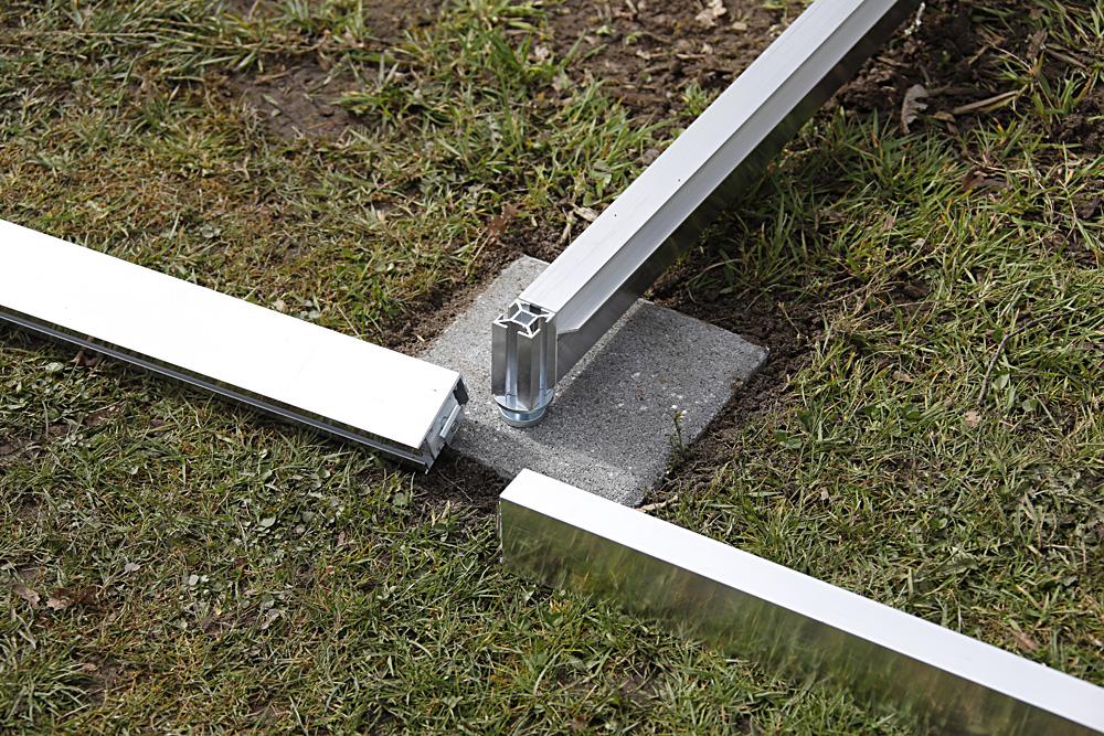 Verschlüsse kontrollieren und Alustangen von oben ins Quadratprofil einschieben, bis sie unten aufliegen.